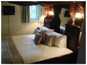A bed or beds in a room at Burford Lodge