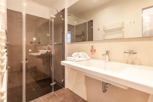 A bathroom at Hotel Vier Jahreszeiten Binz klimaneutral