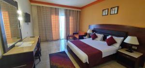 سرير أو أسرّة في غرفة في شرم هوليداى ريزورت