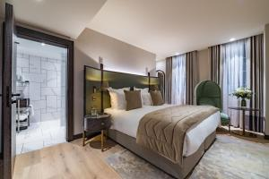 A bed or beds in a room at Stock Exchange Hotel