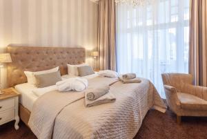 A bed or beds in a room at Hotel Vier Jahreszeiten Binz klimaneutral
