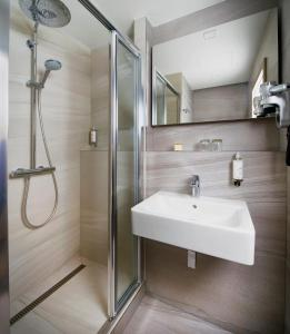 Ein Badezimmer in der Unterkunft OREA Hotel Pyramida Praha