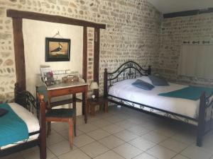 A bed or beds in a room at Le Moulin de Champagne