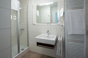 A bathroom at Stadthaushotel Hamburg - Inklusionshotel