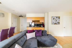 A seating area at Simply Comfort. Stylish Downtown Apartment