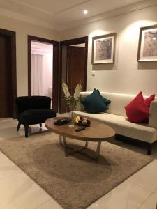 Uma área de estar em Dar Al Maamon Furnished Apartment
