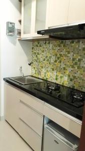 A kitchen or kitchenette at Apartement Bekasi Barat