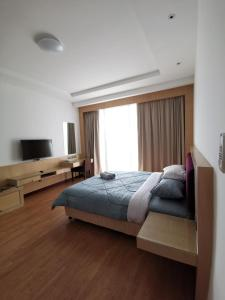 A bed or beds in a room at Bernard Holiday Home 2 @ Boulevard Imperial Suite Kuching