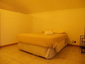 A bed or beds in a room at Cabedelo guest house
