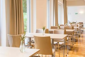 A restaurant or other place to eat at Wald & Golfhotel Lottental