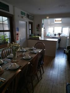 A restaurant or other place to eat at Mairs Bed and Breakfast.