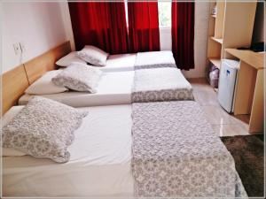 A bed or beds in a room at Hotel Anjos