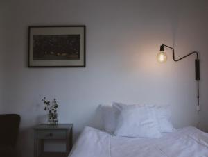 Säng eller sängar i ett rum på Hotell Villa Borgen