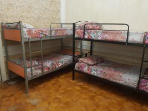 Uma ou mais camas em beliche em um quarto em Minaal Hostel