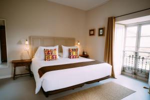 A bed or beds in a room at El Gran Sueño Rooms & Suites