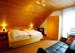 A bed or beds in a room at Ferienwohnungen Annegret Schütte