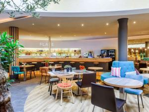 A restaurant or other place to eat at Novotel München Airport