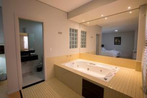 A bathroom at Hotel Gralha Azul