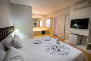 A bed or beds in a room at Hotel Gralha Azul