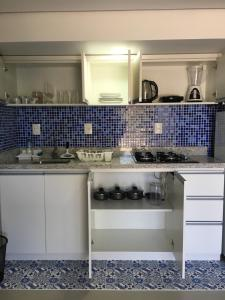 A kitchen or kitchenette at Flat Rios - Conforto em Área Nobre (Centro) - Wifi - Netflix - Privacidade