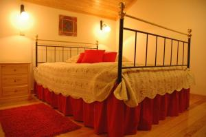 A bed or beds in a room at Casa Avó Alice