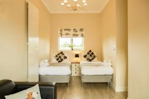 A bed or beds in a room at Accommodation Bristol Airport