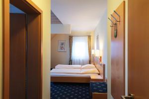 A bed or beds in a room at Hotel Restaurant Zum Hirschen