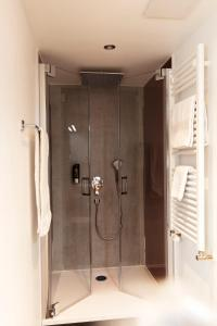 A bathroom at Hotel Restaurant Zum Hirschen