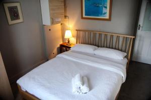 Cama ou camas em um quarto em King Size Bed B&B + Self Catering