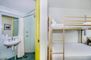 A bathroom at ibis Budget Coffs Harbour