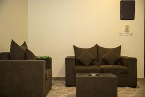 Uma área de estar em Al Eairy Apartment-Alqaseem 4