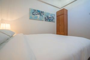 A bed or beds in a room at ClubHouse Residences Elm Attic Studio Suites (Staycation Approved)