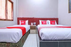 A bed or beds in a room at Vaccinated Staff - OYO 1670 Likko Inn