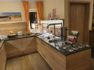 Кухня или мини-кухня в Hotel Bohlje