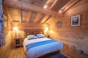 A bed or beds in a room at Chalet Macha