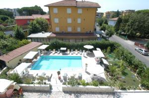 Vista sulla piscina di Hotel Villa Rita o su una piscina nei dintorni