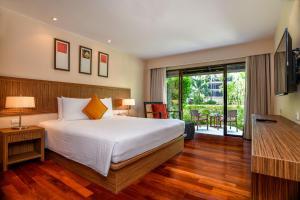 Кровать или кровати в номере Novotel Phuket Surin Beach Resort