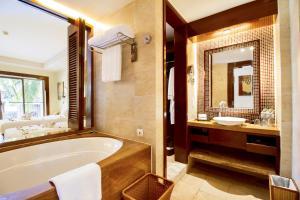 Ванная комната в Pullman Sanya Yalong Bay Villas & Resort