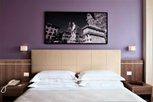 A bed or beds in a room at Hotel Raffaello