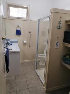 A bathroom at River Retreat Caravan Park