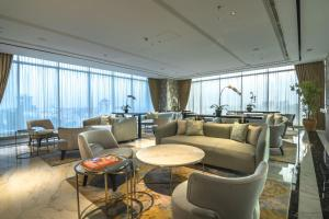 The lounge or bar area at Oakwood Hotel & Residence Surabaya