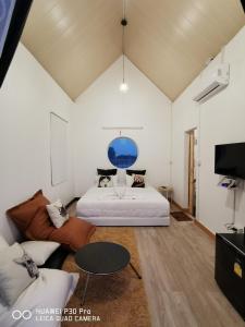 เตียงในห้องที่ Baan Armon Resort