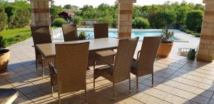 Vista sulla piscina di Villa Parenzo o su una piscina nei dintorni