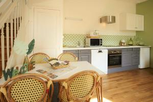 A kitchen or kitchenette at Les belles vignes