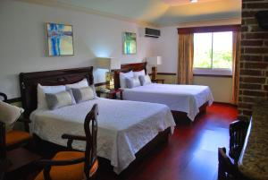 A bed or beds in a room at Platino Hotel & Casino