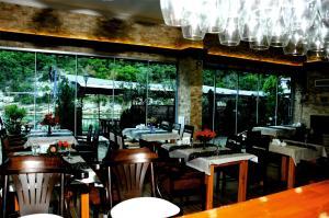 مطعم أو مكان آخر لتناول الطعام في فندق هيل ريفير