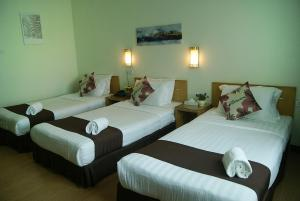 A bed or beds in a room at Tang Dynasty Park Hotel