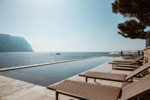 The swimming pool at or near Hôtel Les Roches Blanches Cassis