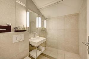 A bathroom at Hotel Admiral