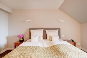 A bed or beds in a room at Hotel Admiral